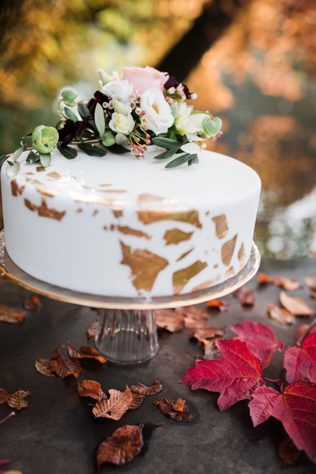Styledshooting Farbenfrohe Herbsthochzeit Rot Wald Hochzeitstorte