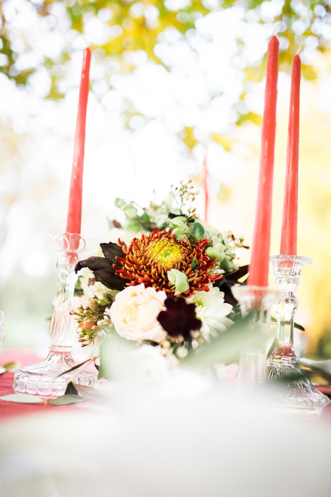 Styledshooting Farbenfrohe Herbsthochzeit Rot Wald Tischdekoration