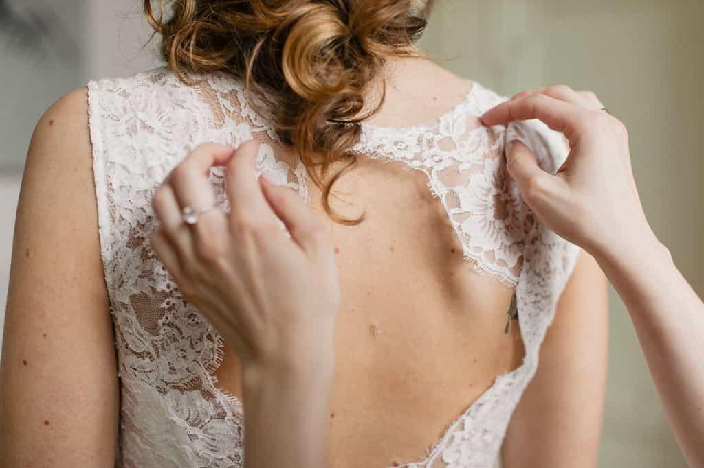 Brautkleid-mit-Spitze-hinten